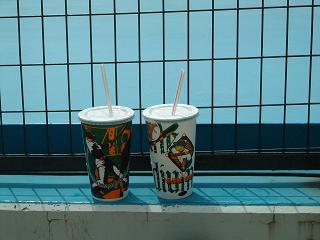右がコーラ、左はウーロン茶。